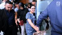 Terdakwa kasus pemberian keterangan palsu di sidang e-KTP, Miryam S Haryani (tengah) keluar dari Pengadilan Tipikor Jakarta usai menjalani sidang putusan, Senin (13/11). Miryam divonis lima tahun penjara. (Liputan6.com/Helmi Fithriansyah)
