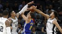 Klay Thompson (tengah) berusaha melewati adangan para pemain San Antonio Spurs pada laga NBA basketball game di AT&T Center, San Antonio, (2/11/2017) waktu setempat. Warriors menang 112-92. (Ronald Cortes/Getty Images/AFP)