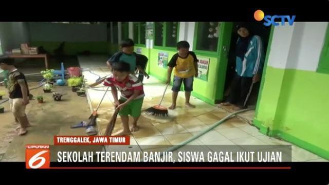 Siswa SD di Trenggalek ini gagal ikuti ujian tengah semester, lantaran sekolah mereka kotor oleh sisa lumpur akibat diterjang banjir.