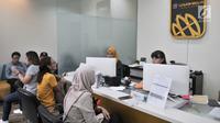 Aktivitas jual beli emas di gerai PT Aneka Tambang TBK (Antam), Jakarta, Senin (24/6/2019). Harga emas Antam naik Rp 3.500 per gram menjadi Rp 702.500 ribu per gram dari sebelumnya Rp 699 ribu per gram. (merdeka.com/Iqbal Nugroho)