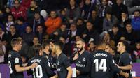 Selebrasi gol Karim Benzema pada laga lanjutan La Liga yang berlangsung di Stadion Nuevo Jose Zorrilla, Valladolid, Senin (11/3). Real Madrid menang 4-1 atas Valladolid. (AFP/Cesar Manso)