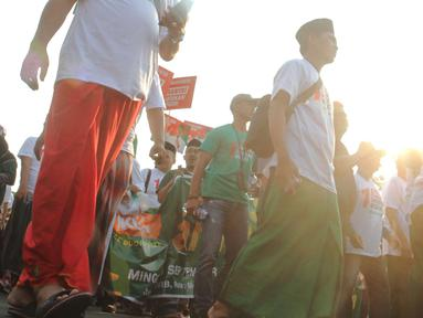 Para santri mengikuti jalan sehat sarungan di kawasan Monas, Jakarta, Minggu (30/9). Jalan sehat tersebut dilakukan dalam rangka memperingati Hari Santri yang jatuh pada 22Oktober mendatang. (Liputan6.com/Angga Yuniar)