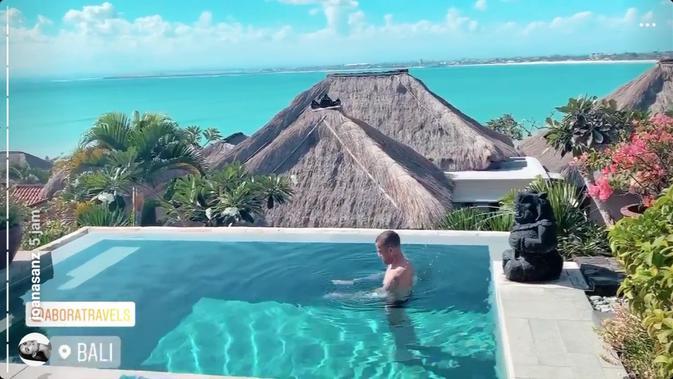 Dani Alves mengunjungi Bali dengan ditemani sang istri, Joana Sanz. (dok. Instagram)