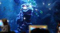 Salah satu atraksi barongsai di dalam kolam SeaWorld, Ancol, Jakarta, Sabtu (28/1). Atraksi barongsai ini untuk memeriahkan perayaan Tahun Baru Imlek 2568. (Liputan6.com/Helmi Fithriansyah)