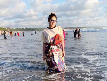 Gaya Via Vallen Menikmati Liburan di Bali Bersama Keluarga