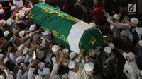 Jemaah membawa jenazah Ustaz Arifin Ilham untuk disalatkan di Masjid Az Zikra, Sentul, Bogor, Kamis (23/5/2019). Sesuai wasiat yang telah disampaikan semasa hidup, anak tertua Ustaz Arifin Ilham, Alvin Faiz bertindak sebagai imam. Salat dimulai sekitar pukul 17.33 WIB. (Kapanlagi.com/Budy Santoso)