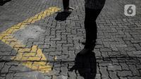 Sejumlah pegawai berjemur di bawah sinar matahari di Kawasan Fatmawati, Jakarta, Selasa (31/3/2020). Berjemur diri di bawah sinar matahari saat pagi merupakan salah satu upaya yang paling sederhana untuk menjaga kesehatan selama wabah virus COVID-19. (Liputan6.com/Faizal Fanani)