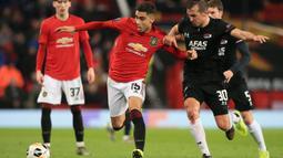 Bek AZ Alkmaar, Stijn Wuytens, berebut bola dengan gelandang Manchester United, Andreas Pereira, pada laga Liga Europa di Stadion Old Trafford, Manchester, Rabu (12/12). MU menang 4-0 atas AZ. (AFP/Lindsey Parnaby)