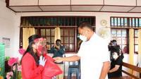 Gubernur Sulut Olly Dondokambey saat menyerahkan paket sembako untuk warga yang terdampak Covid-19.