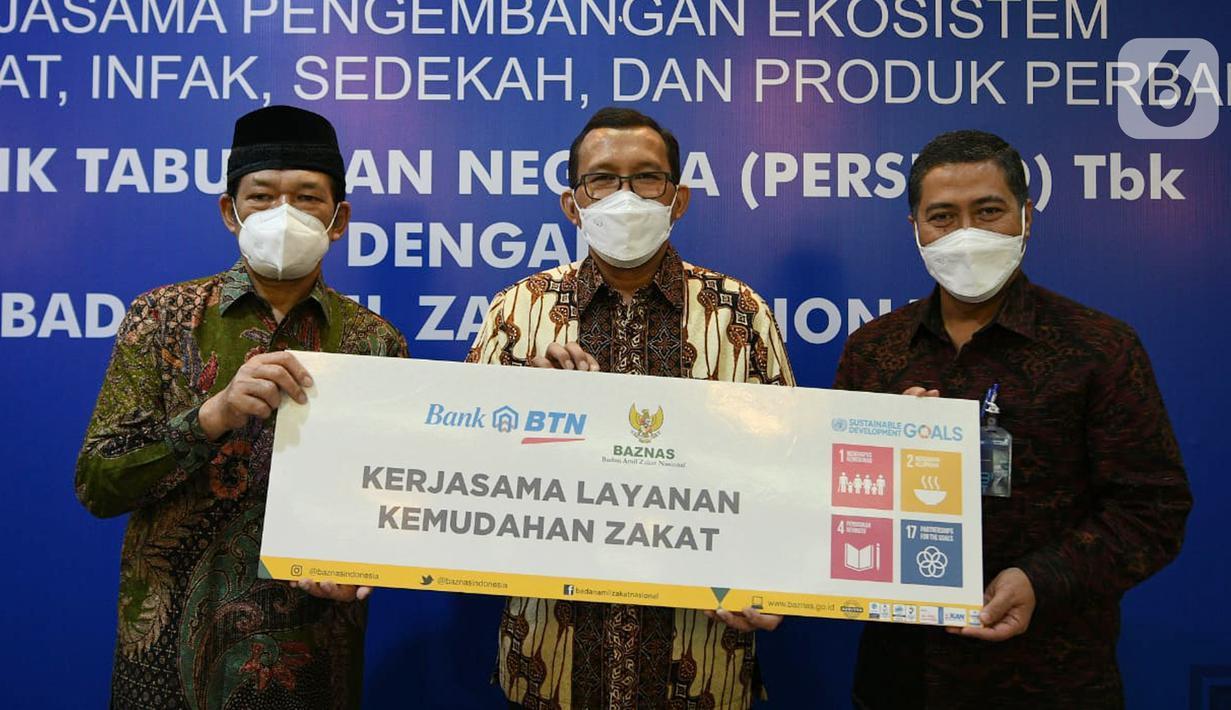 Dirut Bank BTN Haru Koesmahargyo (tengah), Direktur Consumer and Commercial Lending Hirwandi Gafar dan Ketua BAZNAS Noor Achmad foto bersama di Jakarta, Jumat (7/5/2021). BTN Syariah bersinergi dengan BAZNAS untuk mengembangkan ekosistem layanan zakat, infak, dan sedekah. (Liputan6.com/HO/BTN)