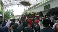 Jenazah Ibunda Jokowi, Sujiatmi Notomiharjo setelah disalatkan, Kamis (26/3/2020). (Liputan6.com/ Fajar Abrori)