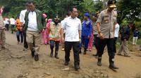 Kabareskrim Komjen Listyo Sigit Prabowo mengunjungi lokasi bencana di Lebak. (Liputan6.com/Yandhi Deslatama)