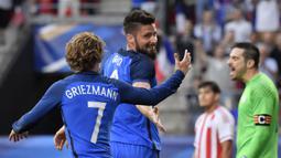 Pemain Prancis, Olivier Giroud dan Antoine Grieezmann  melakukan selebrasi usai  menang atas Paraguay pada laga uji coba di Stadion Roazhon Park, Rennes (02/06/17). Prancis menang 5-0. (EPA/Julien De Rosa)