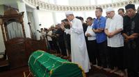 Jenazah almarhum Jojon disholatkan di Masjid Jami Al-Munawaroh Sentul city. Tampak beberapa teman jojon dari kalangan artis juga ikut menyolatkan (Liputan6.com/Rini Suhartini).