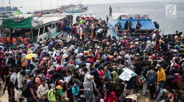 Wisatawan yang akan berlibur mengantre untuk menaiki kapal di Pelabuhan Kali Adem, Muara Angke, Jakarta, Sabtu (8/6/2019). Beberapa pulau di wilayah Kepulauan Seribu menjadi pilihan favorit banyak warga Ibu Kota dan sekitarnya yang memanfaatkan momen liburan Lebaran. (Liputan6.com/Faizal Fanani)
