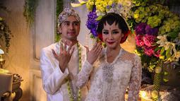 Raffi Ahmad dan Nagita Slavina menjalani akad nikah di Hotel Ritz Carlton, Jakarta, (17/10/14). (Liputan6.com/Faizal Fanani)