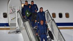 Firmino, Danilo, Filipe Luis dan Miranda turun dari pesawat di Sochi airport, Rusia, (11/6/2018). Brasil berada pada grup E dengan Kosta Rika, Swis dan Serbia. (AFP/Nelson Almeida)