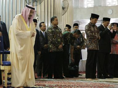 Presiden Joko Widodo dan Raja Salman bin Abdulaziz al-Saud di dampingi Imam Besar Masjid Istiqlal Nasaruddin Umar saat melakukan Shalat tahiyatul masjid di Masjid Istiqlal, Jakarta, Kamis (2/3). (Liputan6.com/Angga Yuniar)