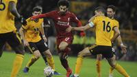 Penyerang Liverpool, Mohamed Salah, berusaha melewati pemain Wolverhampton Wanderers pada laga Piala FA di Stadion Molineux, Senin (7/1). Liverpool takluk 1-2 dari Wolverhampton Wanderers. (AP/Rui Vieira)