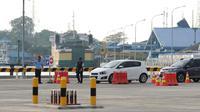 Petugas mengarahkan kendaraan yang akan masuk ke dalam kapal di dermaga 6 Pelabuhan Penyebrangan Merak-Bakauheni, Banten, Rabu (21/6). Hingga H-4 lebaran 2017, belum terlihat penumpukan penumpang maupun kendaraan. (Liputan6.com/Helmi Fithriansyah)