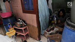 Aktivitas warga saat mengemasi barang-barang yang akan dibawa pindah di Rusunawa Penjaringan, Jakarta, Selasa (25/6/2019). Sekitar 600 KK yang tinggal di 10 blok lama rusun tersebut direlokasi paling lambat 7 Juli mendatang guna memperlancar proses renovasi. (merdeka.com/Iqbal S. Nugroho)