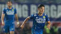 Gelandang Persib, Kim Jeffrey Kurniawan, saat laga Torabika Soccer Championship 2016 melawan Sriwijaya FC di Stadion Si Jalak Harupat, Bandung, Sabtu (30/4/2016). (Bola.com/Vitalis Yogi Trisna)