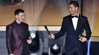Cristiano Ronaldo memberikan microphone kepada Lionel Messi saat acara penghargaan Ballon d'Or di Zurich, (12/1/2015). (AFP/Fabrice Coffrini)