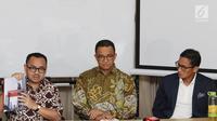 """Ketua Tim Sinkronisasi Anies-Sandi, Sudirman Said menunjukkan hasil kerja tim sinkronisasi seusai diserahkan di Jakarta, Jumat (13/10). Hasil kerja itu dirangkum dalam buku yang berjudul """"Sumbangan Pemikiran Untuk Jakarta"""".(Liputan6.com/Immanuel Antonius)"""