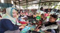 Istri Wali Kota Tangerang, Aini Suci Wismansyah mengunjungi warganya yang mengungsi akibat banjir, Selasa (4/2/2020). (Pramita Tristiawati/Liputan6.com)