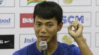 Bek Persib, Achmad Jufriyanto, memberikan keterangan pers usai laga Persib Vs PSM di Stadion GBLA, Bandung, Jumat (26/1/2018). Achmad Jufriyanto resmi mengumumkan kepindahannya dari Persib ke Kuala Lumpur FA, Malaysia. (Bola.com/M Iqbal Ichsan)