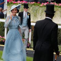 Duchess of Cambridge Kate Middleton tersenyum saat menghadiri ajang pacuan kuda Royal Ascot di Ascot, Inggris, Selasa (18/6/2019). Kate terlihat memesona dengan balutan gaun biru berlengan transparan rancangan Elie Saab. (AP Photo/Alastair Grant)