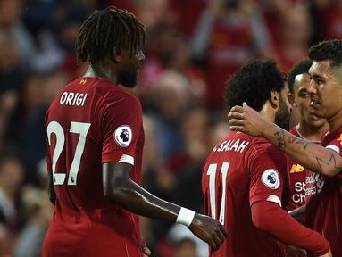 Para pemain Liverpool merayakan gol yang dicetak Mohamed Salah ke gawang Norwich pada laga Premier League di Stadion Anfield, Liverpool, Jumat (9/8). Liverpool menang 4-1 atas Norwich. (AFP/Oli Scarff)