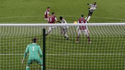 Paul Pogba menggunakan jersey tandang bermotif hitam-putih berhasil menjebol gawang Burnley dalam laga lanjutan Liga Inggris. (Foto: Clive Brunskill/Pool/AFP)