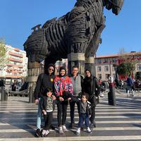 Ashanty potret bersama Anang Hermansyah dan anak-anaknya di depan patung Trojan di Turki (Dok.Instagram/@ashanty_ash/https://www.instagram.com/p/BvLQAv5gGml/Komarudin)
