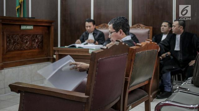 Terdakwa kasus dugaan penghilangan barang bukti pengaturan skor, Joko Driyono menjalani sidang lanjutan di Pengadilan Negeri Jakarta Selatan, Kamis (4/7/2019). Sidang tersebut beragendakan mendengar pembacaan nota pembelaan (pledoi) terdakwa. (Liputan6.com/Faizal Fanani)