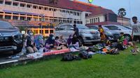 Ibu-ibu yang tergabung dalam Klub Sepatu Roda Inov Palembang menyiapkan menu takjil untuk anak-anaknya yang sedang berlatih di halaman kantor Pemprov Sumsel (Liputan6.com / Nefri Inge)