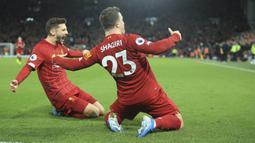 Gelandang Liverpool, Xherdan Shaqiri (kanan) berselebrasi dengan rekannya Adam Lallana usai mencetak gol ke gawang Everton pada pertandingan lanjutan Liga Inggris di Stadion Anfield, Rabu (4/12/2019). Liverpool menang telak 5-2 atas Everton. (AP Photo/Jon Super)