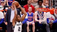 Small forward San Antonio Spurs, Kawhi Leonard, melakukan aksi dunk saat menghadapi Detroit Pistons di AT&T Center, San Antonio, 2 Maret 2016. (USA TODAY Sports/Reuters/Soobum Im)