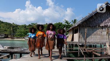 Sejumlah anak-anak bersiap mengikuti latihan tari di rumah seni Sawinggrai, Raja Ampat, Papua Barat, Jumat (22/11/2019). Pertamina melalui program tanggung jawab sosialnya membangun Rumah Seni Budaya Sawinggrai pada tahun 2016. (Liputan6.com/Herman Zakharia)