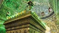 Makam ini berhiaskan jutaan kaca yang membuatnya tampak indah saat disinari cahaya. (Doc: Martchan / Shutterstock.com)