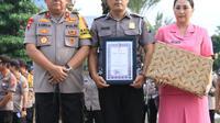 Aiptu Sujadi mendapat piagam penghargaan (Liputan6.com/Dian Kurniawan)