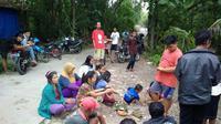 Warga berkumpul di lokasi sumber suara gemluduk di Depok Gilangharjo Pandak Bantul. (Foto : Sukro Riyadi)