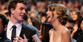 Taylor Swift adalah salah satu ikon penyanyi dunia. Ia miliki seorang adik tampan yang bernama Austin Swift. (Bustle)