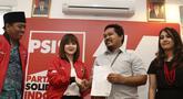 Ketua Umum PSI Grace Natalie (dua kiri) bersalaman dengan penyebar foto hoax dan fitnah terhadap dirinya, Taufan Pratama di Jakarta, Senin (19/11). Taufan Pratama meminta maaf langsung kepada Grace Natalie. (Liputan6.com/Herman Zakharia)