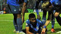 Pemain Arema, Rivaldi Bawuo, menangis setelah mencetak gol ke gawang Persib di Stadion Kanjuruhan, Kabupaten Malang (30/7/2019). (Bola.com/Iwan Setiawan)