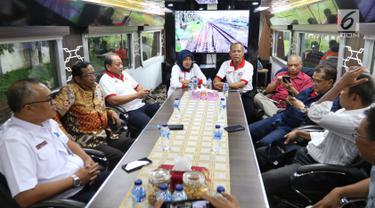 Ketua Gerakan Suluh Kebangsaan Mahfud MD bersama Romo Benny dan para peserta dalam perjalanan hari kedua Jelajah Kebangsaan, Selasa (19/2). Rute Jelajah Kebangsaan ini bermula dari Merak hingga ke Banyuwangi. (Liputan6.com/JohanTallo)