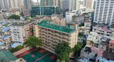 Foto dari udara yang diabadikan pada 17 September 2020 menunjukkan penampakan lapangan olahraga di atas gedung Sekolah Menengah No.10 Guangzhou di Guangzhou, Provinsi Guangdong, China selatan. (Xinhua/Deng Hua)