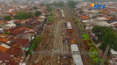 Sampai Selasa (3/10/2017) siang, petugas masih berusaha mengevakuasi gerbong kereta.