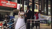 Pasangan calon pengantin berfoto di halte Trans Jogja. (Foto : FX Harminanto)