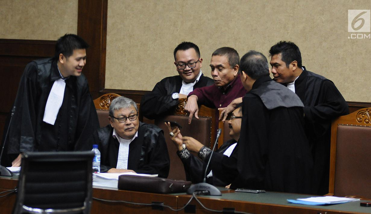 Gubernur non-aktif Aceh Irwandi Yusuf  berbincang dengan kuasa hukumnya saat menjalani sidang lanjutan di Pengadilan Tipikor, Jakarta, Senin (18/3). Sidang lanjutan dengan agenda pemeriksaan terdakwa dan saksi. (Liputan6.com/Herman Zakharia)